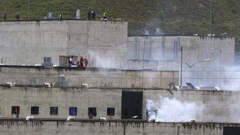 El gas lacrimógeno se eleva desde partes de la cárcel de Turi donde estalló un motín de reclusos en Cuenca, Ecuador, el martes 23 de febrero de 2021. Estallaron disturbios mortales en las cárceles de tres ciudades del país debido a peleas entre bandas rivales, según la policía.