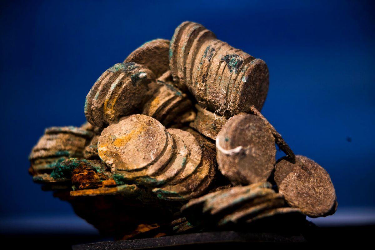 Bloque de monedas de plata rescatadas del naufragio de un galeón hundido en 1804.
