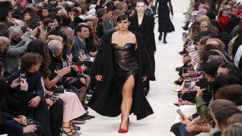 En esta foto de archivo del 1 de marzo de 2020, una modelo luce una creación para la colección de moda Valentino durante la Paris Fashion Week Otoño/Invierno 2020/21 presentada en París.