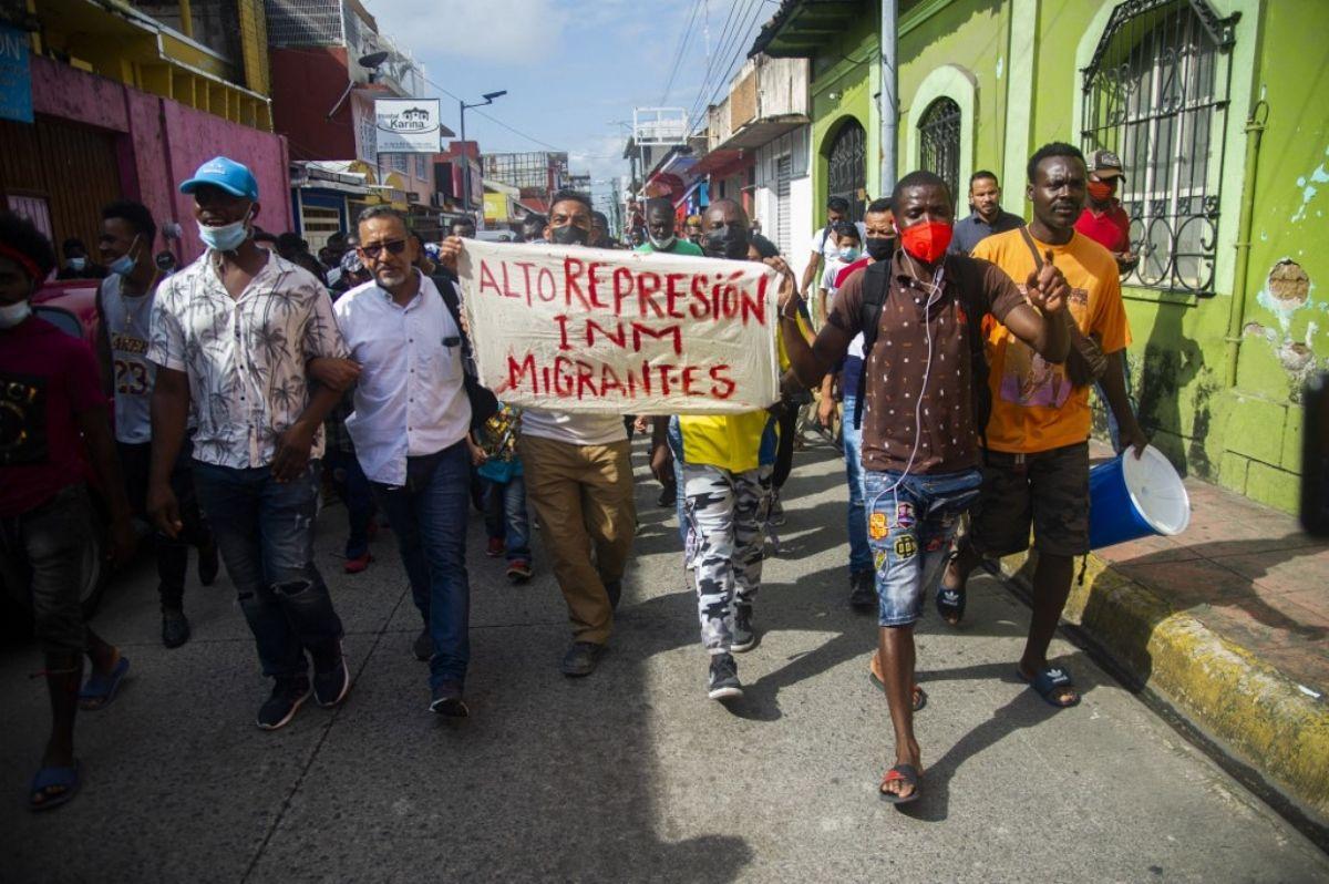 Migrantes haitianos y centroamericanos marchan hacia la Estación Migratoria Siglo XXI en Tapachula, Chiapas, México, el 15 de septiembre de 2021.