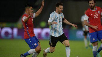 El argentino Lionel Messi está marcado por los chilenos Tomás Alarcón (izq.) y Ben Brereton durante el partido de la fase de grupos del torneo de fútbol Conmebol Copa América