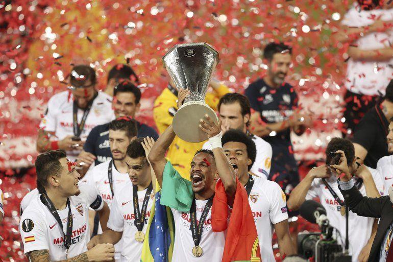 os jugadores del Sevilla festejan tras conquistar la Liga Europa