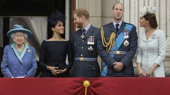 En esta fotografía del 10 de julio de 2018 la reina Isabel II, Meghan, el príncipe Harry, el príncipe William y Kate Middleton ven una demostración de la Fuerza Aérea Real por encima del palacio de Buckingham.