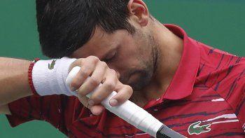 El serbio Novak Djokovic agacha la cabeza mientras juega frente al griego Stefanos Tsitsipas en un partido de cuartos de final en el Masters de Shanghai, en esta ciudad de China, el viernes 11 de octubre de 2019.