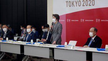 La presidenta del Comité Organizador de Tokyo 2020, Seiko Hashimoto, en el centro, habla durante una reunión de la junta directiva en Tokio, el martes 2 de marzo de 2021.