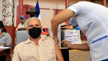 Un anciano es inoculado con la vacuna AstraZeneca contra Covid-19, como parte de una donación del presidente de El Salvador, Nayib Bukele, en San José de Colinas, departamento de Santa Bárbara, Honduras, el 14 de mayo de 2021.