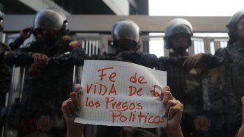 çSimpatizantes de opositores venezolanos presos se manifiestan frente al edificio del Servicio de Inteligencia (Sebin) donde, según la Fiscalía venezolana, el concejal Fernando Albán Salazar se suicidó.
