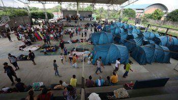 Decenas de venezolanos están en un refugio en Arauquita, Colombia, el jueves 25 de marzo de 2021, en la frontera con Venezuela. Miles de venezolanos están buscando refugio en Colombia esta semana luego de los enfrentamientos entre el ejército de Venezuela y un grupo armado colombiano en una comunidad a lo largo de la frontera compartida de las naciones.