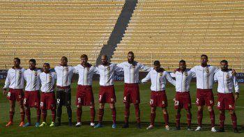 En esta foto de archivo tomada el 3 de junio de 2021, los jugadores de Venezuela cantan su himno nacional antes de su partido de clasificación sudamericano para la Copa Mundial de la FIFA Catar 2022 contra Bolivia en el Estadio Olímpico Hernando Siles en La Paz