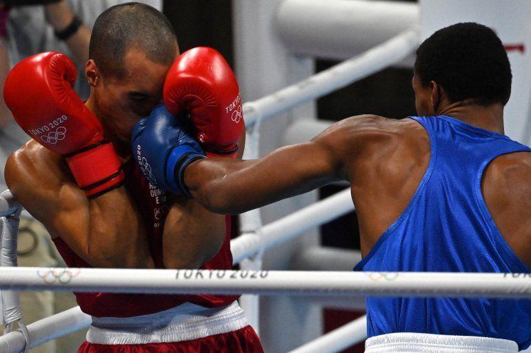 El púgil venezolano Eldric Sella Rodríguez (rojo) del Equipo Olímpico de Refugiados fue noqueado por Euri Cedeno Martínez de la República Dominicana durante el combate de boxeo preliminar de los hombres (69-75 kg) durante los Juegos Olímpicos de Tokio 2020