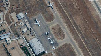 Imagen satelital distribuida y publicada por Maxar Technologies, muestra imágenes satelitales de aviones en tierra en un aeropuerto de Mazar-i-Sharif, en Afganistán el 3 de septiembre de 2021.