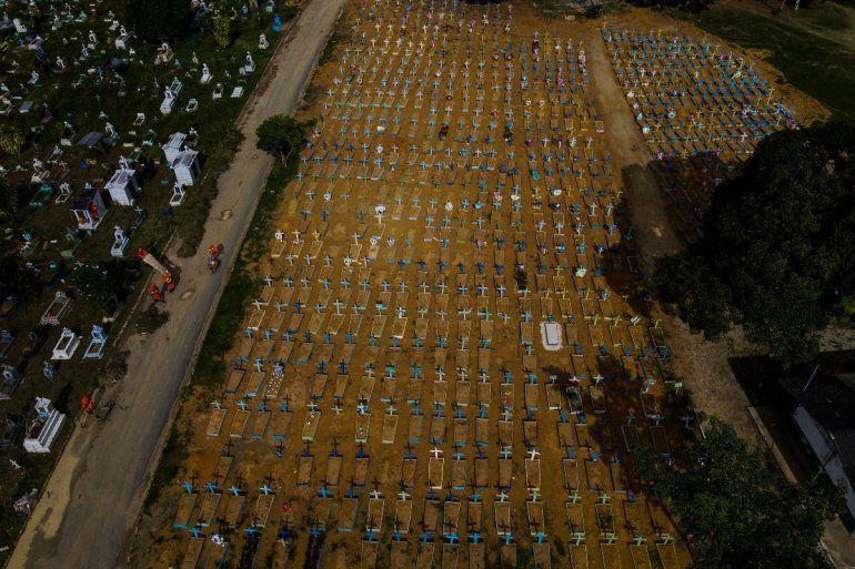 Vista aérea de las tumbas de las víctimas del COVID-19 en el cementerio de Nossa Senhora Aparecida en Manaus