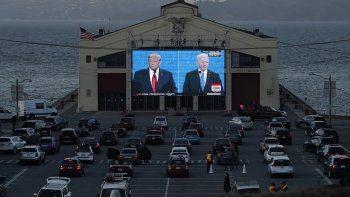 Espectadores siguen el segundo y último debate entre el presidente de Estados Unidos, Donald Trump (a la izquierda en la pantalla), y el aspirante demócrata, el exvicepresidente Joe Biden, en Fort Mason Center, San Francisco, el 22 de octubre de 2020.