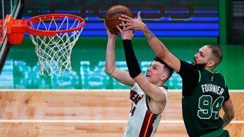 El base de los Celtics de Boston Evan Fournier intenta bloquear el tiro de Tyler Herro del Heat de Miami en el encuentro del martes 11 de mayo del 2021