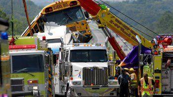 Bomberos y miembros de los servicios de rescate trabajan en el lugar delaccidenteen el que se han visto envueltos dos autobuses escolares, un semi-tractor sin conductor y cuatro vehículos en la carretera interestatal 44, cerca de Gray Summit, Missouri.
