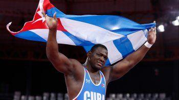 En esta foto del 8 de agosto de 2019, el luchador cubano Mijaín López con su bandera tras vencer al venezolano Moisés Pérez en la final de los 130 kg de lucha grecorromana en los Juegos Panamericanos de Lima