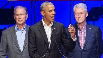 En esta foto de archivo tomada el 21 de octubre de 2017, (De izquierda a derecha) George W.Bush, Barack Obama y Bill Clinton asisten al concierto de Hurricane Relief en College Station, Texas.