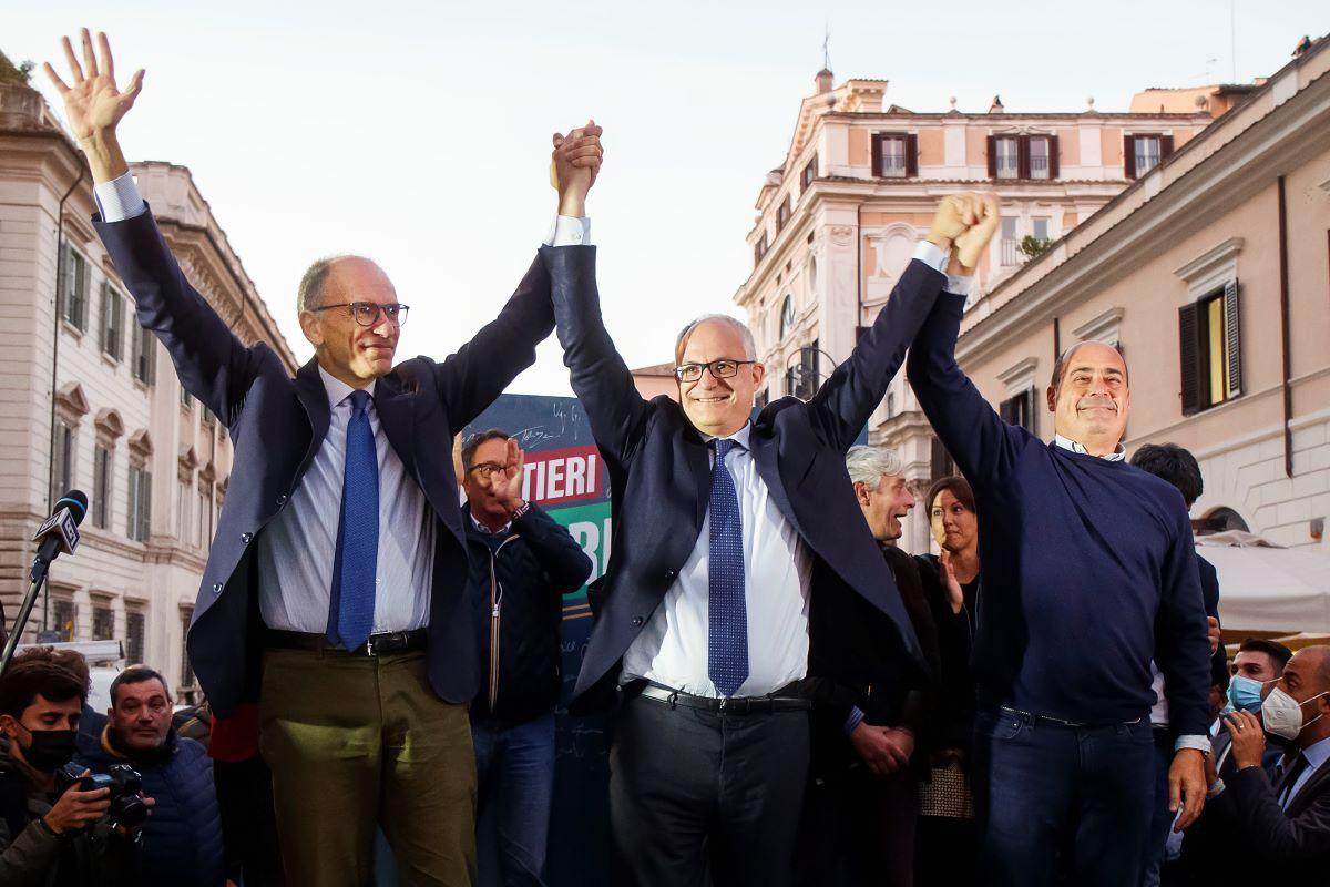 De izquierda a derecha, el líder del Partido Democrático, Enrico Letta; el alcalde electo de Roma, Roberto Gualtieri; y el presidente de la región de Lazio, Nicola Zingaretti, celebran el lunes 18 de octubre de 2021, en una plaza de Roma.
