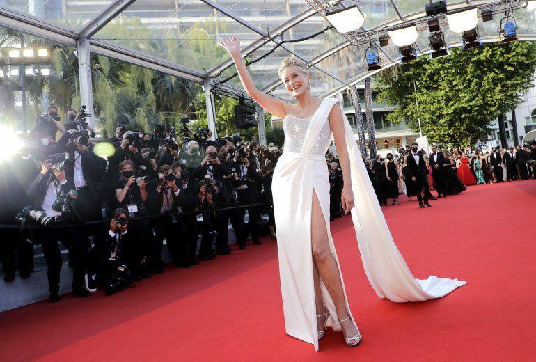 Sharon Stone posa al llegar a la ceremonia de premios y estreno de la película de clausura OSS 117: From Africa with Love en la 74 edición del Festival de Cine de Cannes
