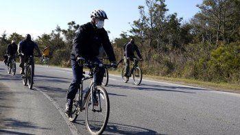 En esta fotografía del 14 de noviembre de 2020, el presidente electo Joe Biden recorre en bicicleta el parque estatal Cape Henlopen en Lewes, Delaware.
