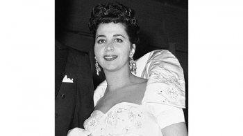 Esta foto de archivo del 26 de octubre de 1959 muestra a la mezzosoprano estadounidense Rosalind Elias llegando a la Metropolitan Opera House de Nueva York.