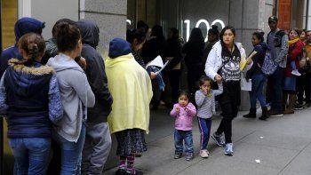 Cientos de personas hacen cola frente a una oficina del servicio de inmigración en San Francisco el 31 de enero del 2019. Cantidades de inmigrantes están renunciando a beneficios públicos por temor a nuevas normas que entran en vigor el 24 de febrero del 2020 y que inhabilitan a todo inmigrante que quiera sacar la residencia permanente si ha usado esos beneficios.