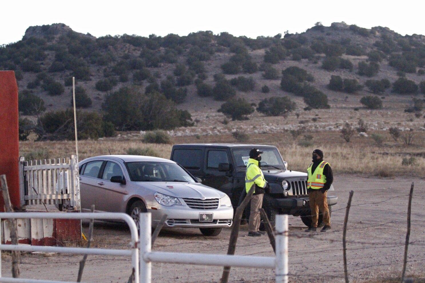 Personal de seguridad en la entrada de un set de filmación donde la policía dice que el actor Alec Baldwin disparó una pistola de utilería, matando a una directora de fotografía, en las afueras de Santa Fe, Nuevo México, el viernes 22 de octubre de 2021.