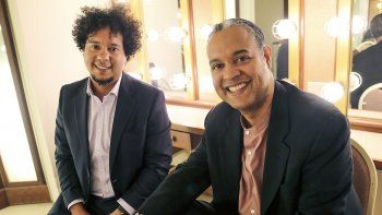 En esta imagen difundida por First Run Features, los músicos cubanos Aldo López-Gavilán, a la izquierda, e Ilmar López-Gavilán posan tras bambalinas en el Jarvis Hall en Napa, California. La música unió a lo hermanos.