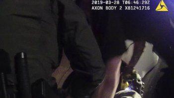 En esta fotografía tomada a partir de un video del 28 de marzo de 2019 captado por la cámara corporal de un policía y proporcionada por el Departamento de Policía de Texas para Live PD, agentes del condado Williamson inmovilizan a Javier Ambler y uno de ellos le aplica una pistola aturdidora durante su arresto en Austin, Texas.