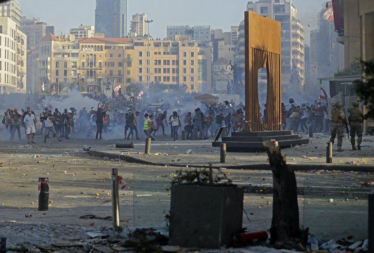 Manifestantesen el Líbano chocan con las fuerzas de seguridad en el centro de Beirut el 8 de agosto de 2020