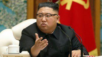 En esta imagen de archivo, distribuida el 15 de noviembre de 2020 por el gobierno de Corea del Norte, el líder norcoreano, Kim Jong Un, asiste a una reunión del politburó del gobernante Partido de los Trabajadores, en Pyongyang, Corea del Norte.