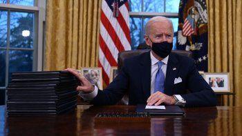 El presidente de Estados Unidos, Joe Biden, se prepara para firmar una serie de órdenes en la Oficina Oval de la Casa Blanca en Washington, DC, luego de prestar juramento en el Capitolio de Estados Unidos el 20 de enero de 2021.