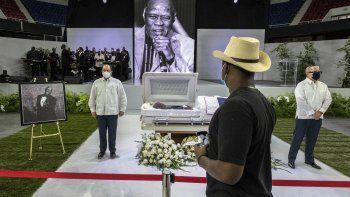 """Admiradores rinden sus últimos respetos al astro dominicano del merengue Johnny Ventura, el sábado 31 de julio de 2021 en Santo Domingo. El apodado Caballo Mayor, conocido por éxitos como """"Patacón pisao"""" y """"Capullo y sorullo"""", murió el miércoles a los 81 años."""