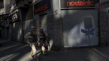 Soldados patrullan una calle para asegurar el cumplimiento de la población de una cuarentena en medio de la pandemia del nuevo coronavirus, en Santiago de Chile, el sábado 18 de abril de 2020.