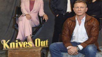 Daniel Craig en una sesión fotográfica de Knives Out el 15 de noviembre de 2019 en Los Angeles. Netflix dijo el 31 de marzo de 2021 que llegó a un acuerdo para dos películas subsecuentes de la aclamada cintade misterio de Rian Johnson de 2019 Knives Out.