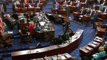 En esta imagen de video, el Senado vota sobre una moción para llamar testigos durante el segundo juicio político al expresidente Donald Trump, el sábado 13 de febrero de 2021, en el Senado de Estados Unidos, en Washington.