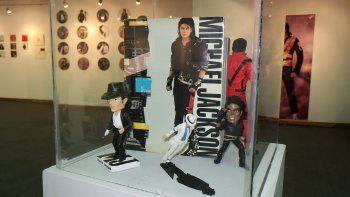 Muñecos y libros de colección deMichaelJacksonen exhibición durante la muestra El legado deMichaelJackson- Diez años de inmortalidad, en la Casa de la Cultura, en LaPaz(Bolivia).