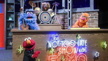 En esta imagen difundida por Sesame Workshop, el personaje de Elmo, abajo a la izquierda, anfitrión del nuevo talk show para toda la familia The Not Too Late Show with Elmo que se estrenará el 27 de mayo en HBO Max.