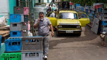 Los clientes ingresan a través de la parte posterior del mercado mayorista Mercabal para cargar su mercancía en La Habana, Cuba, el jueves 30 de julio de 2020. El gobierno está permitiendo que las empresas privadas compren al por mayor por primera vez.