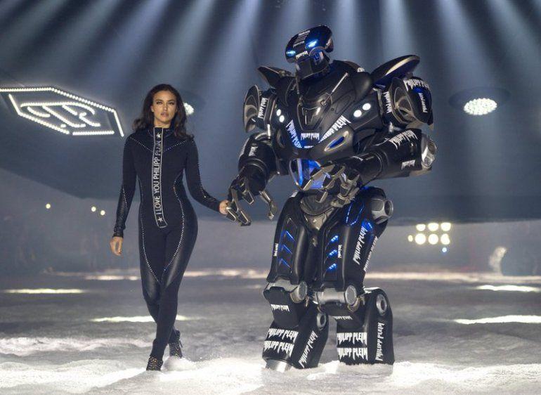 La modelo Irina Shayk desfila para la colección Philipp Plein con un robot
