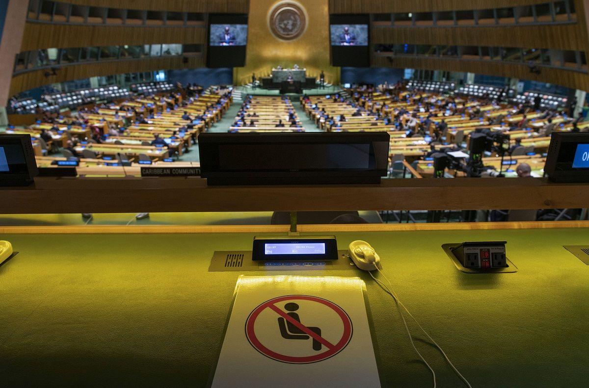 Un asiento, con un cartel que impide sentarse en él por las restricciones contra el coronavirus, en la 76ta Asamblea General de Naciones Unidas durante la intervención del presidente de República Democrática del Congo, Felix Tshisekedi, el 21 de septiembre de 2021, en Nueva York.