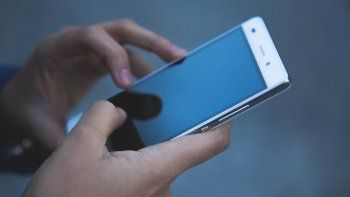 Una vez instaladas en los teléfonos inteligentes, estas aplicaciones descargan e instalan malware para robar identificadores y datos personales.