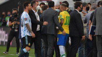 El argentino Lionel Messi y el brasileño Neymar son vistos después de que los empleados de la Agencia Nacional de Vigilancia Sanitaria (Anvisa) ingresaron al campo durante el partido de fútbol de clasificación sudamericano para la Copa Mundial de la FIFA Catar 2022 entre Brasil y Argentina en el Neo Química Arena.