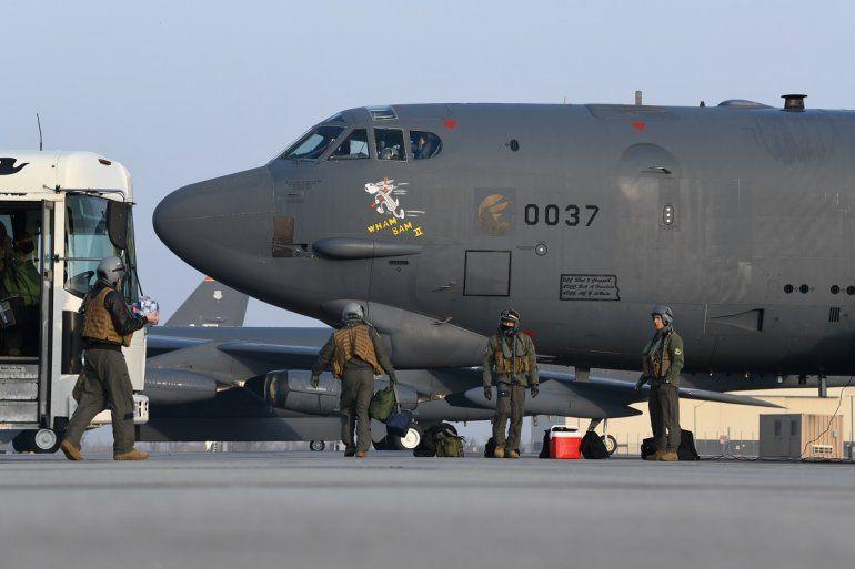 Pilotos del 69no escuadrón de bombardeo abordan el bombardero B-52H Wham Bam II para una misión a Medio Oriente