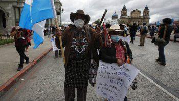Concejales indígenas se reúnen frente al Palacio Nacional para exigir la renuncia del presidente Alejandro Giammattei, en la ciudad de Guatemala, el martes 24 de noviembre de 2020.
