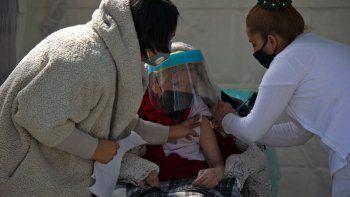 Una mujer recibe su primera dosis de la vacuna AstraZeneca contra COVID-19 en la Ciudad de México, el 15 de febrero de 2021, cuando México comienza a vacunar a personas mayores de 60 años. México inició este lunes la segunda fase de su plan de vacunación masiva contra COVID-19 con personas mayores de 60 años. La primera fase, que se centró en el personal médico, duró casi un mes debido a retrasos en la entrega de las dosis.