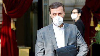 El representante de Irán en la Agencia Internacional de Energía Atómica, Kazem Gharib Abadi, sale del Grand Hotel Wien, donde se realizan conversaciones a puertas cerradas sobre el porgrama nclear iraní, el sábado, 1 de mayo del 2021, en Viena.
