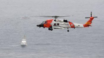 Un helicóptero de la Guardia Costera de Estados Unidos sobrevuela el área donde ocurrió un naufragio el domingo 2 de mayo de 2021, frente a las costas de San Diego.