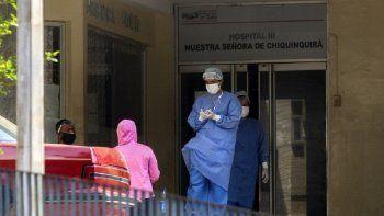 El 2 de julio de 2020, se observa personal médico fuera de la sala de emergencias del Hospital Universitario de Maracaibo, estado de Zulia, Venezuela, en medio de la pandemia de coronavirus COVID-19.