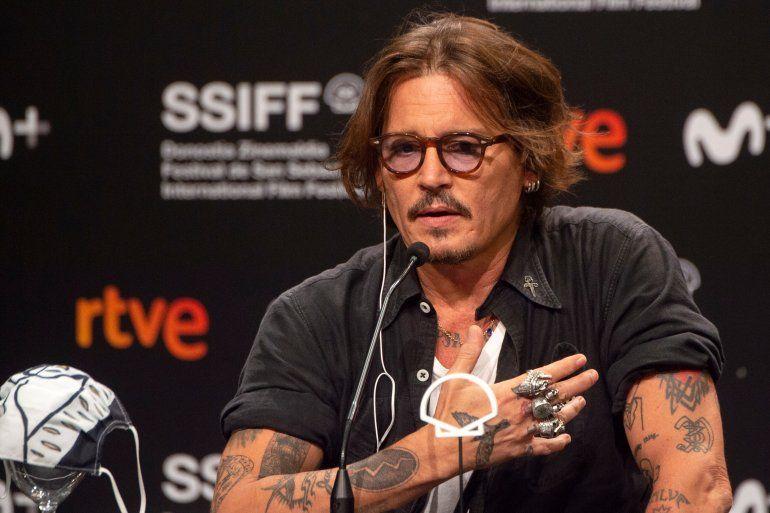 El actor Johnny Depp hace un gesto durante una conferencia de prensa de la película Crock of gold: A few rounds with Shane Macgowan durante el 68 Festival de Cine de San Sebastián en la ciudad vasca de San Sebastián